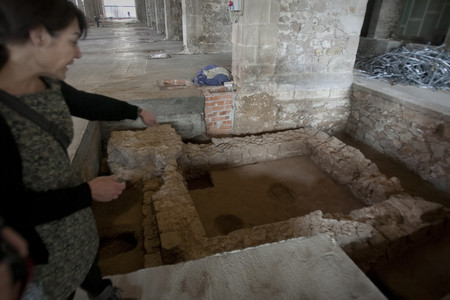 Mausoleo romano descubierto en el edificio de las Drassanes donde estaban las urnas cinerarias, en marzo.