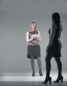 Conxa Borrell (de cara), 'escort' y promotora del curso 'Prostitución: nociones básicas para la profesionalización', y una de las cursillistas.