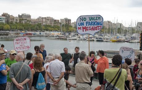 Els manifestants exhibeixen pancartes contra el projecte.