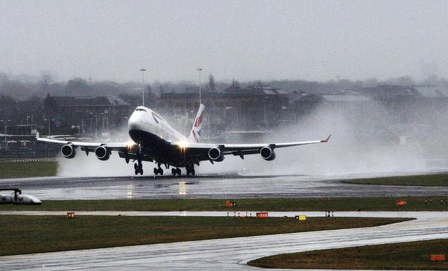 Un avión despega en un día lluvioso del aeropuerto de Heathrow en Londres