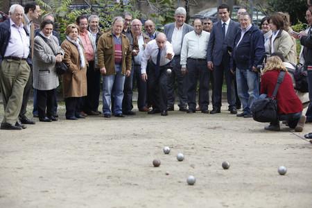 El candidato del PPC, Jorge Fernández Díaz, en su visita al Club de Petanca de Cerdanyola del Vallès.