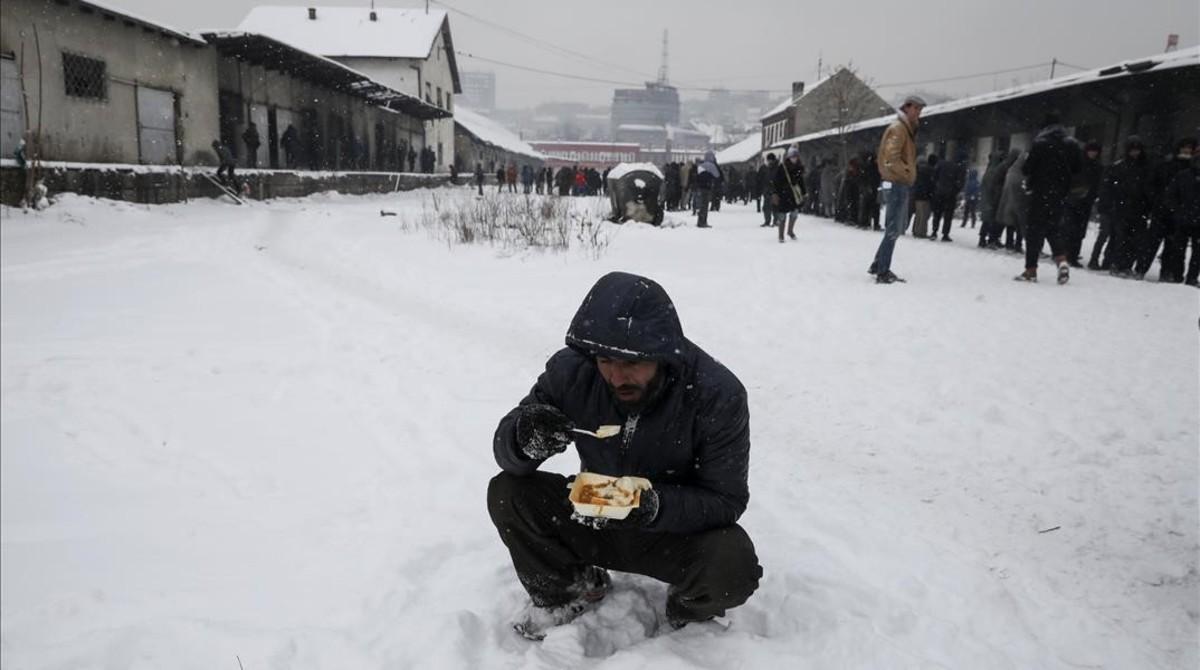 Miles de refugiados se guarecen en edificios abandonados en Belgrado