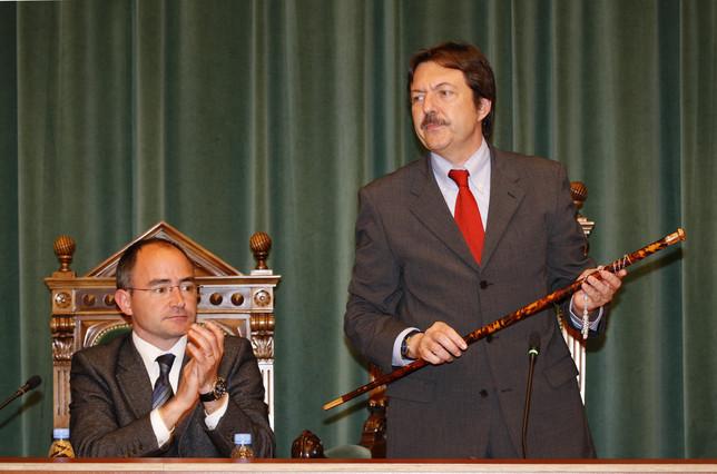 Jordi Serra (PSC), con el bastón de mando del alcalde, y Ferran Falcó (CiU), en la toma de posesión del primero en abril del 2008. PERE BATLLE