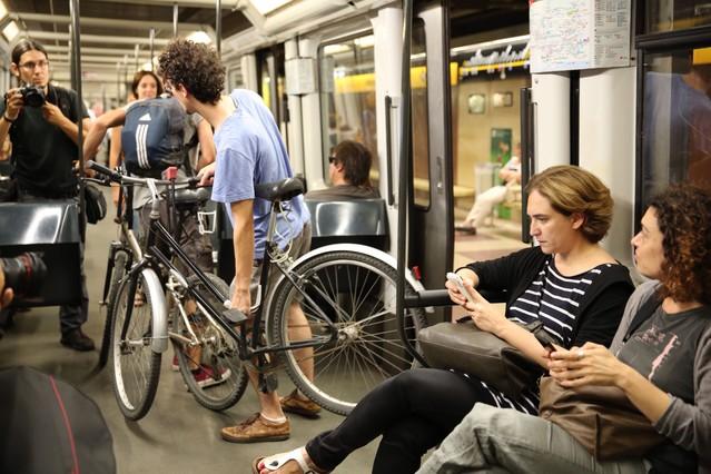 Ada Colau, en el metro, como la mayoría, en su primer día de mandato