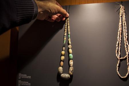 Un collar confeccionado con piedras de variscita expuesto en el Museo de Gavà.
