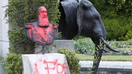 Amberes retira la estatua de Leopoldo II dañada en protestas raciales