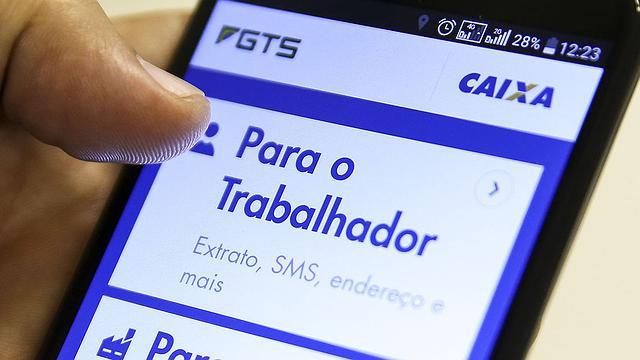 Aplicativo da Caixa fornece consulta de saldo do FGTS e tira dúvidas dos usuários. Foto: Marcelo Camargo/Agência Brasil (Crédito: )