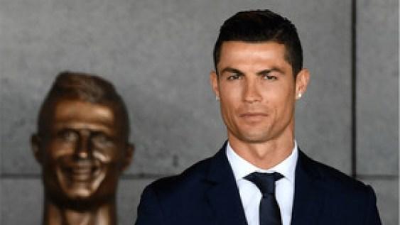 Cristiano Ronaldo, junto a su busto
