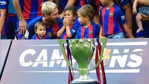Leo Messi, con Mateo y Thiago, en la celebración de la última Liga en el Camp Nou