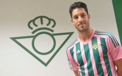 Álvaro Cejudo, con la camiseta del Betis para el día de la mujer.