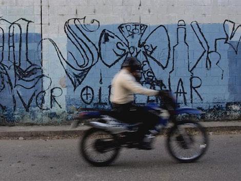 Este mural de la Mara Salvatrucha sugiere a la comunidad que se limite a oír, ver y callar.   R. Valencia