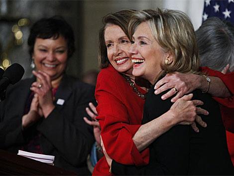 Pelosi abraza a Clinton durante un acto de la celebración del Mes de la Historia de la Mujer. | AP