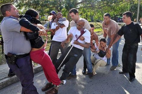 Fariñas y otros disidentes cubanos son detenidos el pasado 28 de enero. | Efe