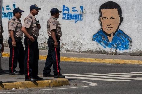 Pintadas de apoyo a Chávez en los alrededores del Tribunal Supremo, en Caracas. | Efe