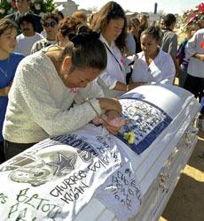 Una mujer llora sobre el féretro de su hija muerta, en Ciudad Juárez.