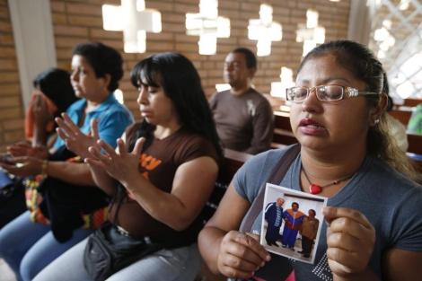 Los partidarios de Chávez rezan en las capillas por su salud.  Reuters