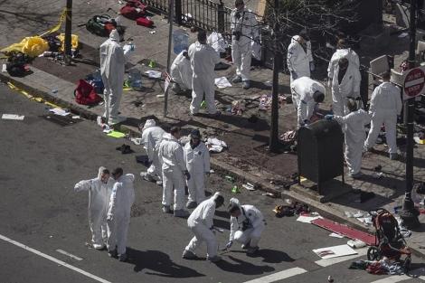 Los investigadores trabajan en el lugar donde explotó una de las bombas. | Reuters