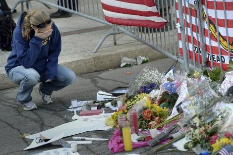 Ofrenda floral junto al lugar donde estallaron las bombas. | Efe
