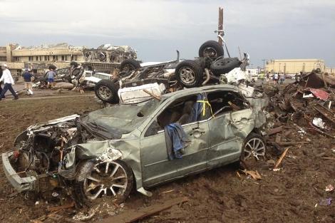 Vehículos volcados tras el paso del tornado. | Reuters