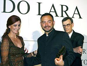 Sánchez Adalid recibe la felicitación de la escritora Ágeles Caso. (Foto: EFE)