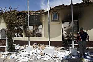 Los destrozos en algunos de los edificios de la ciudad son evidentes. (Foto: EFE)
