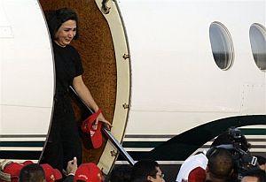 Gloria Polanco desciende del avión al aterrizar en Caracas. (Foto: AP)