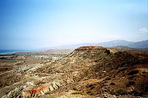 La elevación rojiza era la posición española de Sidi Dris. Fue sitiada por los rifeños en 1921 en el Desastre de Annual.