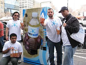 Dámaso y parte del equipo que compone la campaña 'Dirty Water'. (Foto: Dirty Water)