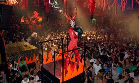 Uno de los gogós en la discoteca. | Sergio G. Cañizares