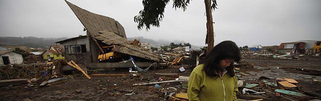 Una mujer, desolada junto a su vivienda derruida en Pelluhue, cerca del epicentro. | AP