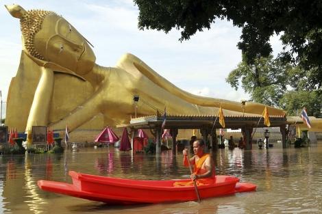 Un monje budista cerca de un templo en la provincia tailandesa de Ayutthaya.   Efe