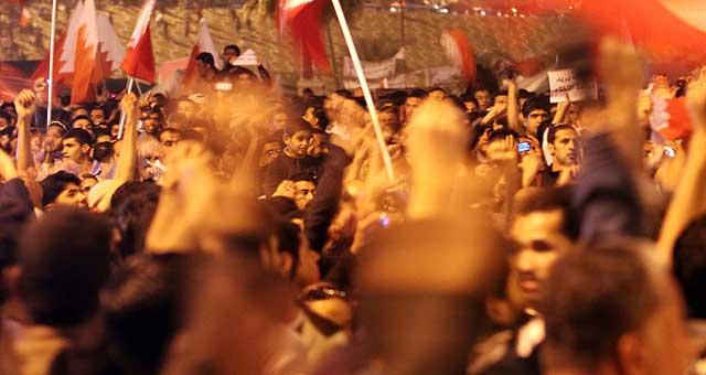 Los manifestantes de Bahrein ondean banderas en Manama. | Ap
