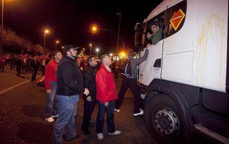 Miembros de piquetes informativos 'informan' a un camionero a las puertas de Mercacórdoba. | Efe