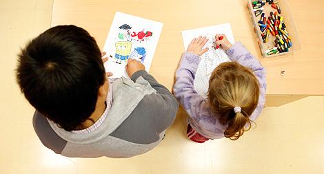 Dos niños en un colegio de Madrid. | Foto: Sergio Enríquez