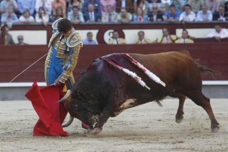 El diestro francés, en un lance de esta tarde en Las Ventas. | Sergio González