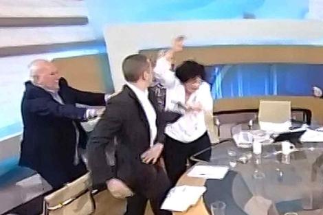 El ultra Kassidiaris (2º izq), abofetea a la diputada Liana Kanelli, en un debate televisado. | Efe