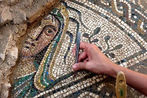 Detalle del mosaico hallado en Cástulo, a cinco kilómetros de Linares (Jaén). | Efe