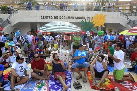 Trabajadores del hospital, durante la protesta. | Efe