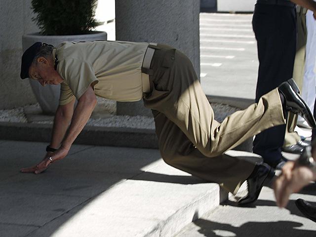 El Rey Juan Carlos tropieza con un escalónen la sede del EstadoMayor de la Defensa. | Efe