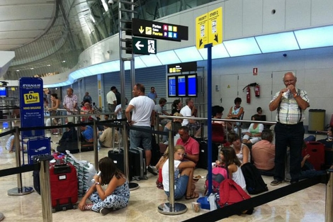 Los pasajeros del vuelo a Charleroi 'tirados' en Manises | E.M.