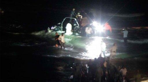 Efectivos policiales rodean a los inmigrantes a su llegada a suelo marroquí. | Carlos García