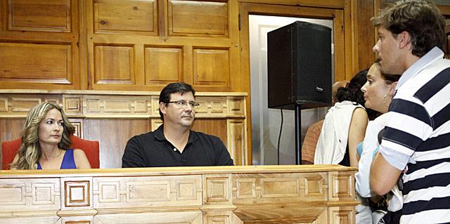 Olvido Hormigos, durante el pleno en el ayuntamiento de Los Yébenes (Toledo).   Sergio Enriquez-Nistal