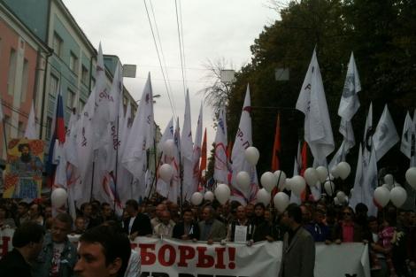 Decenas de manifestantes en Moscú contra la vuelta al poder de Putin.