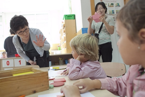 Una profesora coreana bromea con dos alumnos del colegio de Córdoba. | M. Cubero