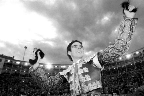 José Tomás, a hombros en madrid, en 1998. | Julián Jaén