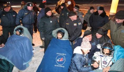 Miembros de la agencia espacial rusa ayudan a los tripulantes tras su aterrizaje.| M. Shipenkov