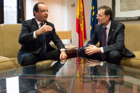 El presidente francés, Francois Hollande (izq.), habla con Rajoy. | Efe