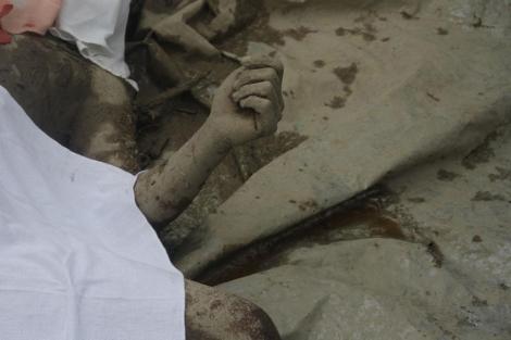 Los cuerpos cubiertos de las víctimas del tifón 'Bopha' en New Bataan. / FOTO: Afp