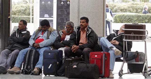 Trabajadores de India y Pakistán en el aeropuerto de Palma de Mallorca tras la operación en Argelia.  MÁS IMÁGENES