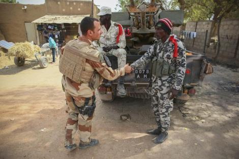 Soldados franceses saludan a soldados malienses en la ciudad de Dabaly.   Efe